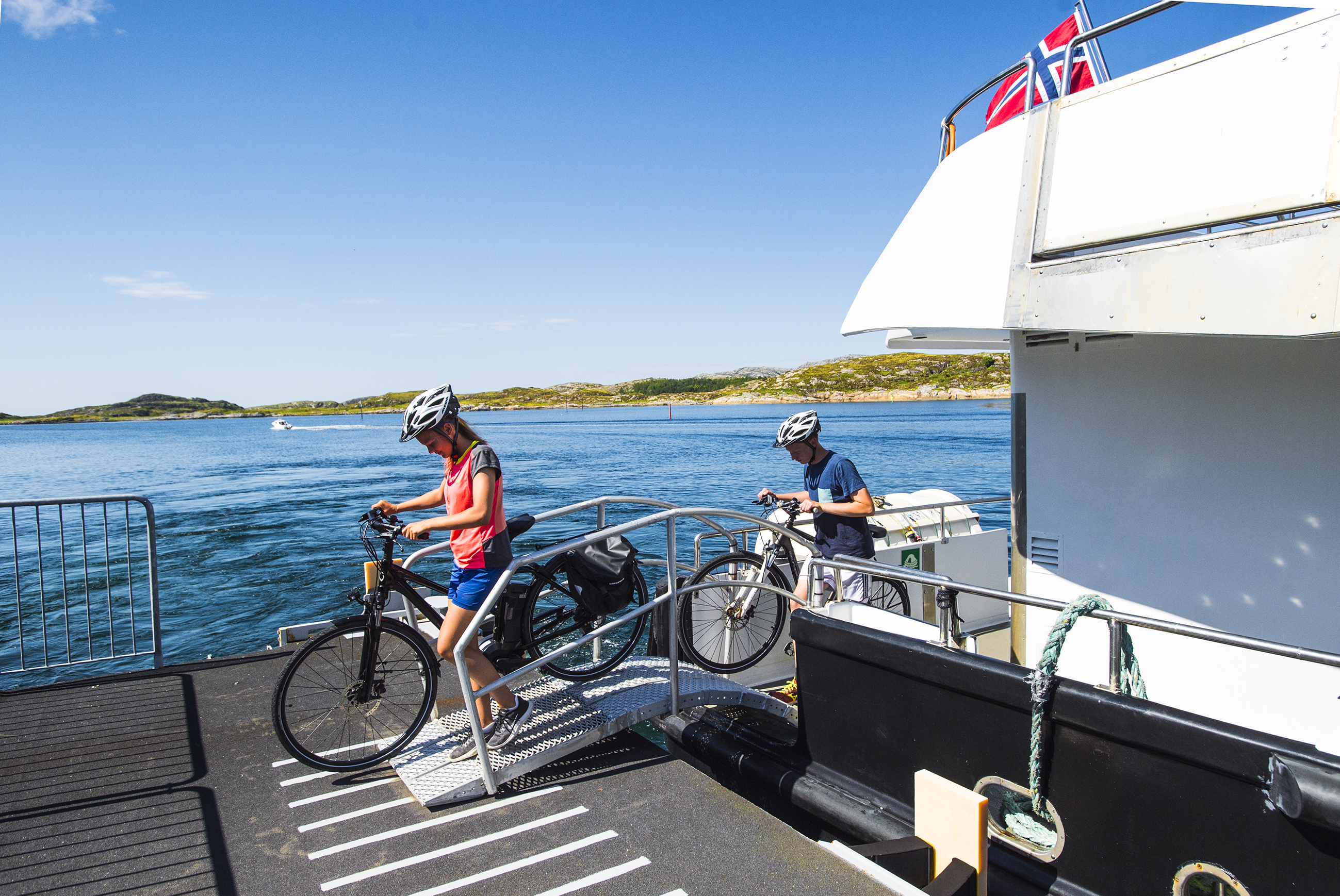 Fra Abelvær tar dere båten opp til Rørvik.